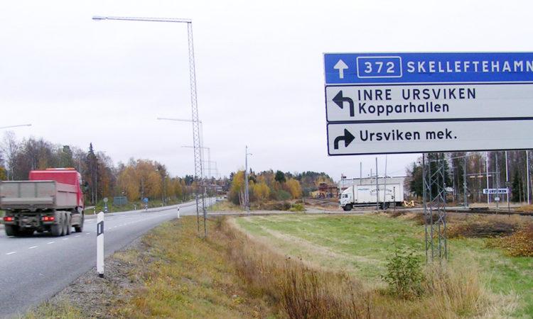 Väg 372 med vägskyltar